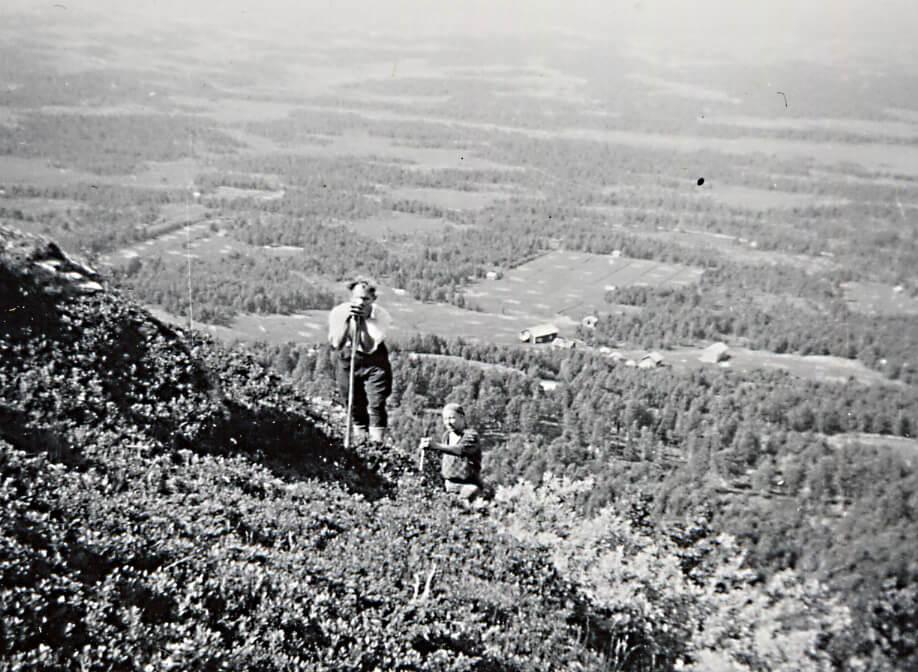 Riksskogstaxeringen startade 1927 och skapade en säker bild av tillståndet i Sveriges skogar. Taxeringslagen väjde inte för höga berg där de tog sig fram i räta linjer. Bilden togs i Jämtland 1939. SLU, Skogsbibliotekets arkiv.